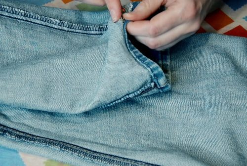 Как заузить джинсы и ушить в ногах по боковым швам своими руками снизу