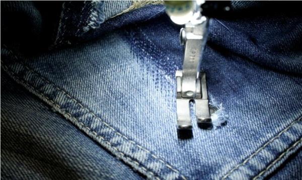 Как заштопать дырку на ткани незаметно вручную: на коленке, диване или носках
