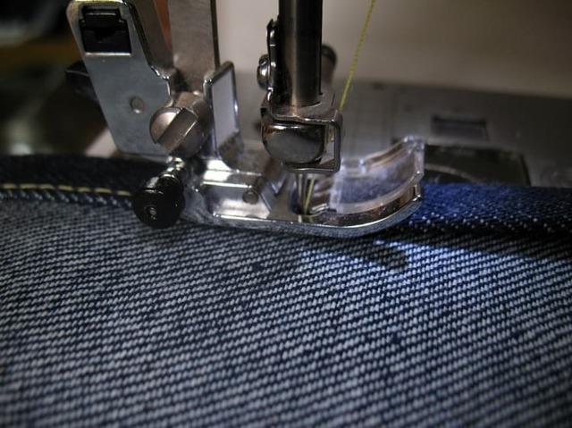 Как ушить джинсы в талии: как уменьшить в домашних условиях без машинки