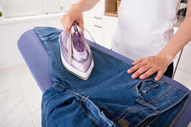 Как ушить брюки на размер меньше по бокам в домашних условиях, пошагово